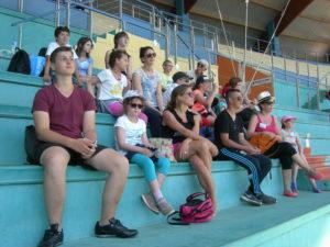 Le groupe regarde avec attention les spectacle des ORQUES